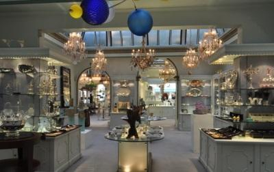 A luxuriious salon showcasing the heritage tableware of Thomas Goode, London,  in which the glass sculptures of Harry Pollitt are exhibited by Plateaux Gallery